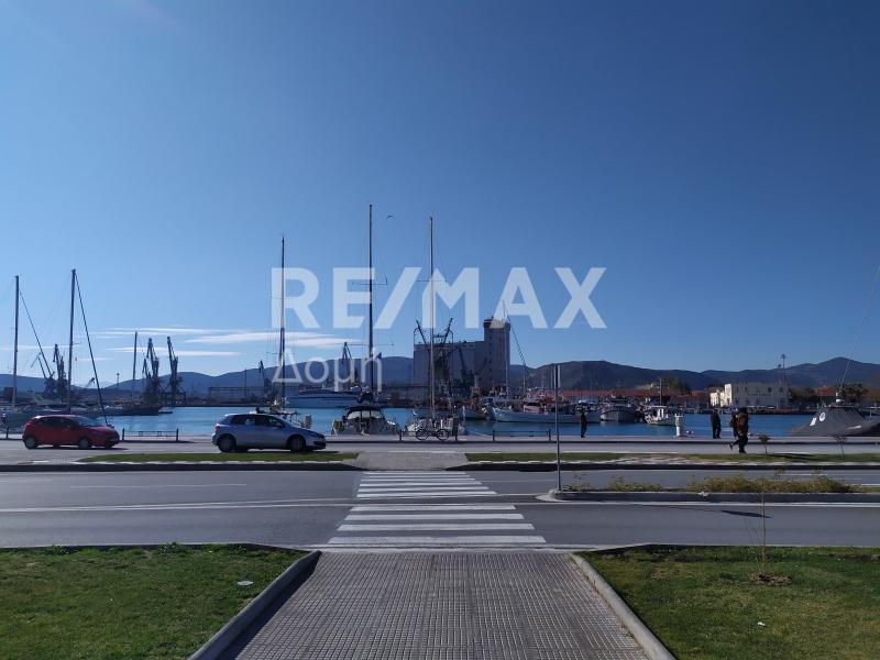 Δίπλα στο λιμάνι